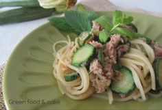 Spaghetti alle zucchine con tonno e menta. Vi piace questo primo piatto? Qui trovate la ricetta http://blog.giallozafferano.it/greenfoodandcake/spaghetti-alle-zucchine-con-tonno-e-menta/
