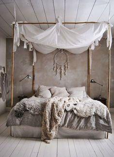 schlafzimmer ideen im boho stil_kleines schlafzimmer gestalten mit wandfarbe gra. - schlafzimmer ideen im boho stil_kleines schlafzimmer gestalten mit wandfarbe grau und bett dekorieren mit diy-baldachin Knit Step - Bohemian Bedroom Design, Small Bedroom Designs, Bedroom Inspo, Bohemian Interior, Bedroom Inspiration, Design Bedroom, Canopy Design, Bohemian Furniture, Bedroom Decor Boho