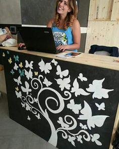 Pannello #dipinto a mano con pennello tempere ad acqua rappresenta un albero con delle #farfalle. Questo pannello in #mdf fa parte del #bancone #negozio #abbigliamento #ecosostenibile. La bella ragazza dietro al bancone è la titolare del Negozio e mia fidanzata :)