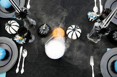 HALLOWEEN DINNER & DRINKS Halloween Dinner, Halloween Table, Halloween Party Decor, Halloween Backdrop, Halloween Balloons, Halloween Cupcake Toppers, Happy October, Up Costumes, Balloon Garland