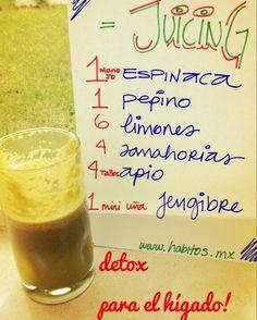 Jugo verde DETOX PARA EL HÍGADO: Espinacas, pepino, limones, zanahoria, apio y jengibre.