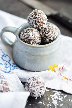 Orange Date Energy Balls Recipe Healthy Candy, Healthy Desserts, Raw Food Recipes, Cake Recipes, Snack Recipes, Kakao, Nordic Kitchen, Raw Cake, Superfood Powder