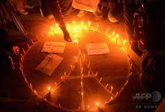 【2015.11.16 月曜日】【写真特集】犠牲者の追悼続く、パリ連続襲撃×ネパールの首都カトマンズで、仏パリでの連続襲撃事件の犠牲者のために祈る人たち(2015年11月15日撮影)。(c)AFP/Prakash MATHEMA