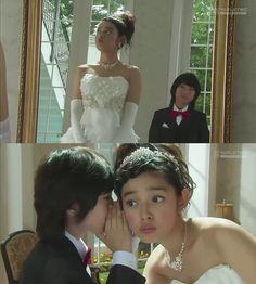 """La Sra. Irie ha preparado de sorpresa la boda de Naoki y Kotoko. Mientras se alista, Kotoko recibe la visita de Yuki: """"Fair feathers make fair fowls. No lo entiendes? Eres realmente tonta"""". Kotoko: """"Qué significa eso?"""". Yuki: """"Significa que hermosas plumas hacen que un pájaro se vea hermoso. Cualquiera que lleve un hermoso vestido se vería decente"""". Kotoko: """"Te estás burlando?"""". Yuki sonríe: """"Como regalo, te diré algo. Deja que te lo susurre"""" - Itazura na Kiss Love in Tokyo Ep 16"""