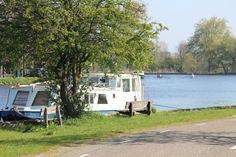 Dit bootje op het water, heet 'De Zon' en biedt een fijn arrangement aan waarbij je opgepikt wordt in het centrum van Amsterdam, gaat varen buiten de stad en daar vervolgens kunt overnachten.