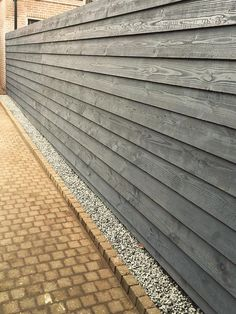 Gravel line to catch the rain Backyard Fences, Garden Fencing, Backyard Landscaping, Modern Fence Design, Wood Fence Design, Back Gardens, Small Gardens, Outdoor Gardens, Building A Pergola