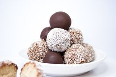 Vanilla & chocolate energy bliss balls. Raw Vegan Recipes, Gluten Free Recipes, Bliss Balls, Diy Food, Healthy Life, Vanilla, Muffin, Chocolate, Fruit
