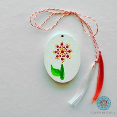 Painted trinklet on wood base, acrylic colours. Finished with varnish. It can be worn as a pendant or attached to a keychain. Acrylic Colors, Flower Pendant, Dots, Base, Colours, Christmas Ornaments, Create, Holiday Decor, Flowers