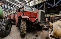 Urban Explorer Discovers Vintage Wartime Vehicles in 'Abandoned' Warehouse