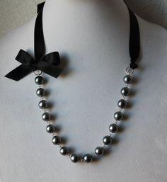 Charcoal Gray Pearl and Black Ribbon Bow por JewelrybyAshNicole