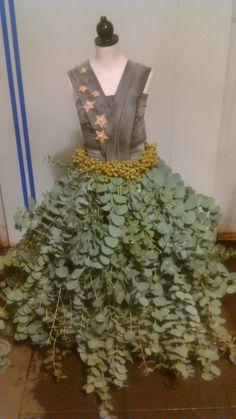 De rok is van eucaliptus, met een riem van dadeltakjes. De top is van foam stroken, met berkensterretjes.