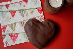Honninghjerter. Bløde, lækre og duftende honninghjerter med et godt lag mørk chokolade. Find opskriften på julens bedste honninghjerter her.