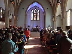 Pasen 2015 in een volle kerk. Jong en oud vieren de verrijzenis.