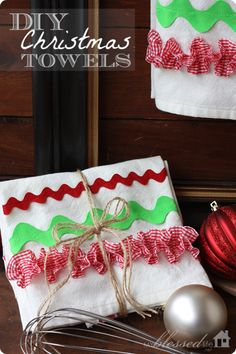 DIY Christmas Kitchen Towels | MyBlessedLife.net #handmade #gift #Christmas