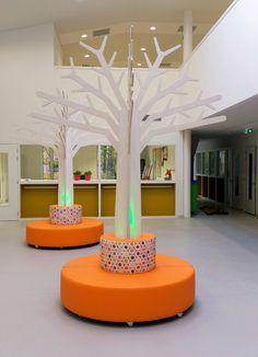 Boom met Verlichting Oranje Hocker Kids Library, Library Design, Daycare Design, School Design, Classroom Architecture, School Reception, Pillar Design, Kids Indoor Playground, Daycare Rooms
