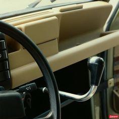 Au fil des ans, l'ambiance intérieure évolue et, dans les années 1980, la présentation devient soignée à défaut d'être luxueuse. La 4L a toujours conservé sont levier de vitesses au tableau. Vintage Love, Vintage Cars, Retro Vintage, Fiat 500, Amazing Cars, Vintage Photographs, Cars And Motorcycles, Super Cars, Classic Cars