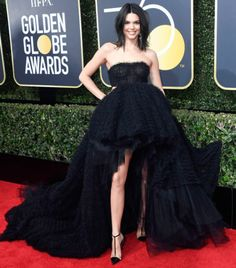 Kendall Jenner at Golden Globes 2018 : Kendall took the couture turn and opted for this strapless Giambattista Valli ball gown with asymmetrical hemline. Lorraine Schwartz earrings and simple hair-makeup completed the look. Kendall Jenner Outfits, Kendall Jenner Estilo, Kylie Jenner Fotos, Kendall Jenner Bikini, Jenner Photos, Golden Globe Award, Golden Globes, Celebrity Red Carpet, Celebrity Style
