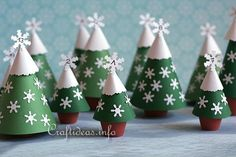 Christmas Paper Crafts -Craft an advent calendar using paper and clay pots Potted Christmas Trees, Cute Christmas Tree, Christmas Favors, Christmas Decorations, Christmas Craft Projects, Christmas Paper Crafts, Pots D'argile, Clay Pots, Christmas Tree Advent Calendar