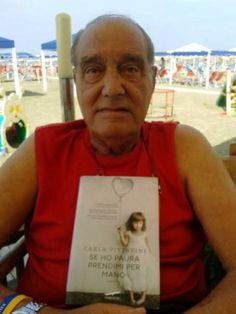 Goalkeepers' teacher, Enio Quintavalle, reading Se ho paura prendimi per mano on the beach :amzn.to/1zvZQ1S