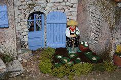 Cette bien sympathique dame (santon Lagrange) cultive un modeste jardin.