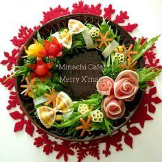実は意外と簡単なリースサラダ。飾り切りや型抜きをプラスすると華やかになります♪花いっぱいクリスマス仕様に盛り付けました❤