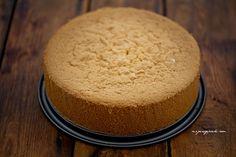 Biszkopt genueński Składniki: 6 dużych jajek (bez rozdzielania na białka i żółtka) 150 g drobnego cukru do wypieków 1 łyżeczka ekstraktu z wanilii 170 g mąki pszennej 40 g masła Genoese Sponge, Sponge Cake, No Bake Desserts, How To Make Cake, Cornbread, Vanilla Cake, Cake Decorating, Sweets, Dishes