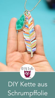 DIY Boho Federkette aus Schrumpffolie [Werbung] Make DIY spring chain from shrink film yourself – perfect summer DIY and for the festival. Boho style with semi-precious stones – just make your own jewelry. DIY instructions from DIY owl. Diy Jewelry Unique, Diy Jewelry To Sell, Diy Jewelry Holder, Diy Jewelry Making, Jewelry Crafts, Jewelry Box, Estilo Boho, Upcycled Crafts, Diy Crafts Videos