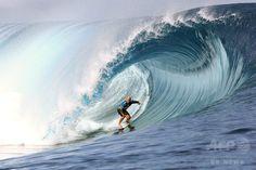 仏領ポリネシア・タヒチ(Tahiti)島のチョープー(Teahupoo)で開催された世界プロサーフィン連盟(ASP)の男子ワールドツアー「ビラボン・プロ・タヒチ(Billabong Pro Tahiti)」で技を競う、オーストラリアのネーサン・ヘッジ(Nathan Hedge)選手(2014年8月18日撮影)。(c)AFP/GREGORY BOISSY ▼22Aug2014AFP|バトル繰り広げるサーファーたち、タヒチでプロサーフィン大会 http://www.afpbb.com/articles/-/3023730
