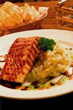 Receita de salmão grelhado com risoto de banana-da-terra e molho agridoce Fish Recipes, Seafood Recipes, Vegetarian Recipes, Healthy Recipes, Easy Cooking, Cooking Recipes, Food Porn, Good Food, Yummy Food