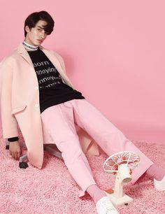The collection's core juxtaposes the idea of how powerful words can be with the remarks on how irritating and destructive they can, on the contrary, become as well. Fashion Colours, Pink Fashion, Fashion Boots, Fashion Fashion, Gq, Looks Hip Hop, Pink Lila, Androgynous Fashion, Monochrom