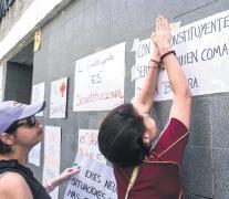 La oposición pegó carteles en colegios donde se votará el domingo; también llamó a un paro. (Fuente: AFP) (Fuente: AFP) (Fuente: AFP) (Fuente: AFP)