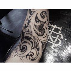Baroque estilo piece on the arm.