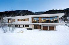 Современный двухэтажный дом с видом на горные хребты