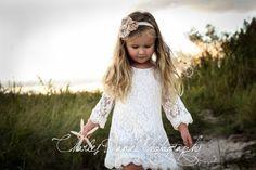 Le Chloe est un blanc, robe manches 3/4 fait avec de la dentelle brodée, mou, délicat qui recouvre un feuillet de coton de haute qualité. Cest fini sur les manches et lourlet du bas avec une belle, festonné dentelle trim. Cette robe est parfaitement féminine et absolument magnifique !  ** Cette annonce est pour aux CHLOE robe uniquement et ninclut pas le bandeau **  Sil vous plaît être sûr davoir les mesures prises avant de passer la commande. La robe est fidèle à taille.  LONGUEUR :  1…