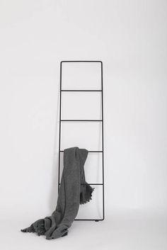 Ontwerp Minimalistische styling voor zowat elke kamer in huis. Deze lichtgewicht ontwerp verdubbelt als een deken ladder en accessoire ladder omhoog. Details Afmetingen: L: 150 cm b: 40 cm D: 1 cm Gewicht: 3 kg Materiaal: staal ronde bar Afwerking: zwarte poeder jas Extras: Voorzien