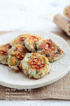연근양파부침개-연근에서 이런 기가막힌 맛이?? 자꾸만 집어먹게 되는 중독성 강한 연근부침개...^^ : 네이버 블로그 Kimchi, Shrimp, Meat, Recipes, Food, Korea, Eten, Recipies, Ripped Recipes