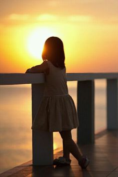 child enjoying a beautiful Sunset by the sea Claudia Rodriguez, Bebe Love, Fotografia Macro, Beautiful Sunset, Amazing Sunsets, Light And Shadow, Summer Nights, Belle Photo, Children Photography