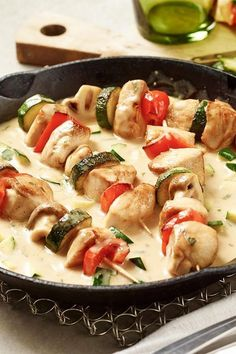 How about a hearty dinner meal? Then you will definitely like the colorful chicken skewers in a hearty vegetable sauce. How about a hearty dinner meal? Then you will definitely like the colorful chicken skewers in a hearty vegetable sauce. Healthy Chicken Recipes, Salmon Recipes, Healthy Dinner Recipes, Chicken Skewers, Healthy Appetizers, Clean Eating Recipes, Summer Recipes, Summer Desserts, Vegetables