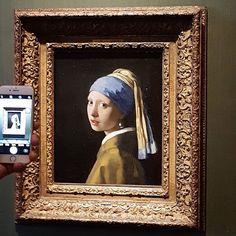 She's at home! Fata cu cercel de perla de Vermeer este in sfarsit acasa 😀 The girl with the pearl earring. Mona Lisa, Pearl Earrings, Museum, Urban, Artwork, Caramel, Painting, Instagram, Decor