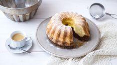 Bábovka jevděčný moučník prokaždou příležitost iprovšední den. Všechny ingredience najdete většinou jednoduše doma azvládne jiiúplný začátečník. Třívrstvá bábovka stvarohem jeúžasně vláčná. Když jisvým blízkým sláskou upečete, určitě sklidíte úspěch! Bagel, Doughnut, Pancakes, French Toast, Bread, Breakfast, Food, Morning Coffee, Brot