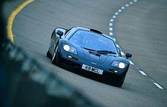 McLaren F1 Kolejna z legend motoryzacji. Produkowany przez brytyjską firmę pojazd uznawany był za najszybsze auto świata przez prawie 10 lat (od 1994 do 2005 roku). Podczas prób, McLaren F1 osiągnął prędkość 388,5 km/h. Był także pierwszym seryjnie produkowanym samochodem, który przekroczył barierę 350 km/h. Z fabryki wyjechało lekko ponad sto egzemplarzy McLarena F1. By stać się posiadaczem jednego z nich trzeba wyciągnąć ze swojego konta przynajmniej 6 milionów złotych.