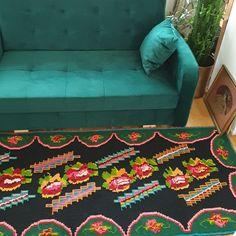 Bohemian vintage carpet with colorful floral design, black background and green floral frame. Hand Embroidery Videos, Wool Carpet, Vintage Bohemian, Black Backgrounds, Hand Weaving, Vintage Items, Floral Design, Rug, Colorful