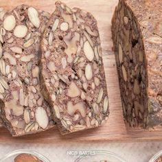Brot ohne Kohlenhydrate war noch nie so gefragt wie heute. Die gesunde Zutaten-Kombination ohne Weizen ist unglaublich figurschonend und verwandelt unser Low-Carb Brot zu einem treuen Wegbegleiter während einer gesunden Ernährungsweise oder Diät. Das schnelle Rezept überzeugt durch seine einfache Zubereitung und leckeren Geschmack.