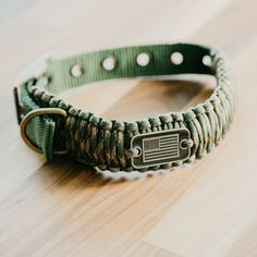 A sturdy, functional dog collar that does double duty as rope for survival situations. Whether you enjoy bringing your canine companion on hikes, camping trips, wilderness adventures or just regular walks around the neighborhood, it's nice to know that yo Diy Dog Collar, Collar And Leash, Dog Collars, Dog Training Techniques, Hiking Dogs, Desert Camo, Dog Leash, Dog Accessories, Life Hacks