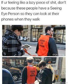 Kun pitää tuijottaa ruutua myös ulkona ollessa niin avuksi on palkattu opasihmisiä ettei porukka kävele autojen alle.