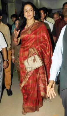 Hema malini in soft silk saree pics at Sangeeta's Choo Lein Aasmaan Book launch. The ageless beauty was gorgeous in saree with short sleeves blouse. One si