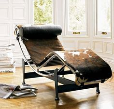 Le Corbusier Chaise - http://www.italiadesigns.co.uk/product_info.php?currency=EUR&products_id=41&k=Le-Corbusier-Lounge-Chair-PONY-Transport-OFFERT&language=fr