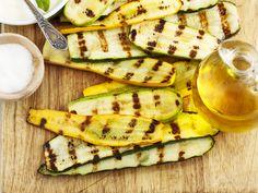 Als Beilage oder Alternative zum Würstchen: Zucchini grillen sorgt für Abwechslung auf der Grillplatte. Und so geht's Schritt für Schritt.
