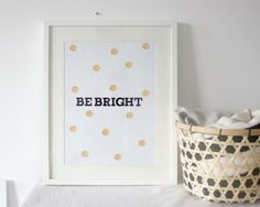 Met deze mooie poster met tekst en goudkleurige 'vuur'stippen breng je heel makkelijk wat kleur aan in je interieur. De poster is 29,7 x 42 cm (A3) en is gedrukt op 170 grams MC mat papier. Daardoor heeft het een luxe uitstraling.