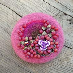 Bead Embroidery Jewelry, Fabric Jewelry, Beaded Embroidery, Fabric Flower Pins, Shibori, Felt Brooch, Brooches Handmade, Felt Fabric, Felt Flowers